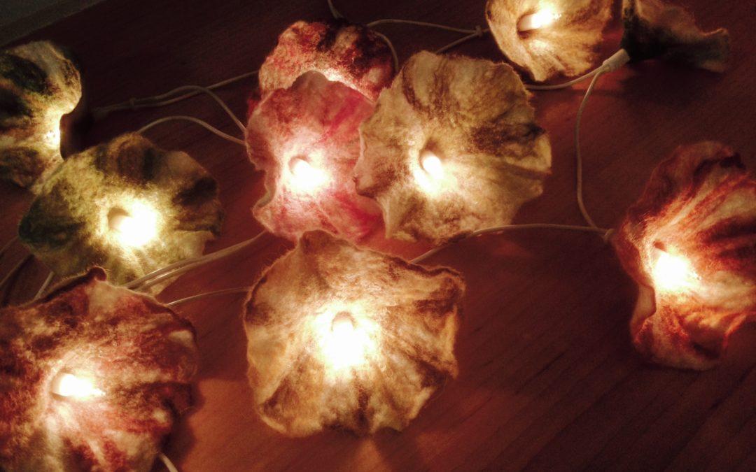 Blüten und Lichterkette